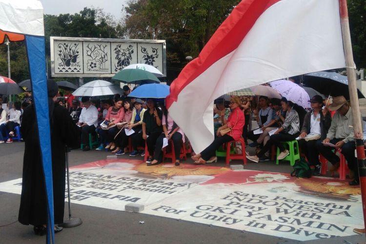 Ratusan jemaat Gereja Kristen Indonesia (GKI) Yasmin dan HKBP Filadelfia melaksanakan ibadah Paskah di seberang Istana Merdeka, Jakarta Pusat, Minggu (9/7/2017). Ibadah di depan Istana ini dilakukan karena gereja mereka yang berada di wilayah Bogor dan Bekasi masih disegel oleh pemerintah daerah setempat.