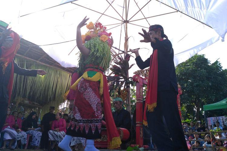 Fadiah Yulianti (12), gadis belia yang terpilih sebagai penari Seblang dalam keadaan kejiman (kerasukan roh leluhur). Ritual Seblang merupakan ritual mistis yang masih dilestarikan masyarakat Desa Olehsari, Banyuwangi. Keunikan tradisi ritual Seblang yang digelar setahun sekali menjadi daya tarik wisata.