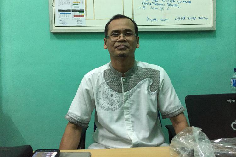 Wakil Kepala SMPN 12 Tangerang Selatan Kunardi memberi penjelasan mengenai penerimaan peserta didik baru (PPDB) pada Jumat (14/7/2017). SMPN 12 salah satu dari sekian sekolah yang mengalami kendala teknis berupa ketidaksesuaian data untuk sistem zonasi dalam proses penerimaan peserta didik baru (PPDB) tahun ajaran 2017.