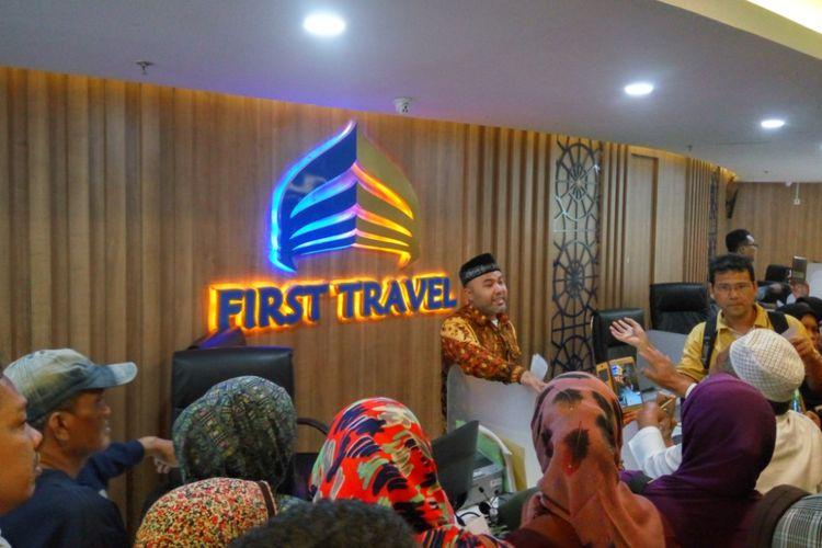 Salah seorang perwakilan First Travel akhirnya menemui para calon jemaaah umrah yang datang ke kantor pusat mereka di Green Tower, Jalan TB Simatupang, Jakarta Selatan, Senin (24/7/2017) siang. Kedatangan itu terjadi setelah sebelumnya para jemaah harus menunggu sejak pagi.