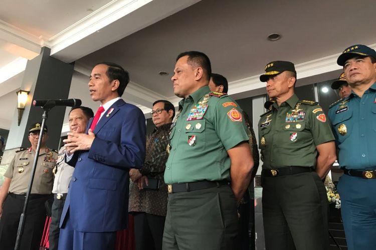 Presiden Joko Widodo usai memberikan pembekalan kepada 728 calon perwira remaja TNI POLRI di Mabes TNI, Jakarta Timur, Senin (24/7/2017).