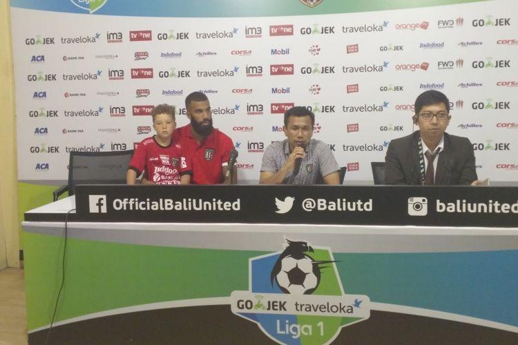 Pelatih Bali United, Widodo C Putro (tengah), saat memberikan keterangan pers seusai pertandingan menghadapi Madura United.