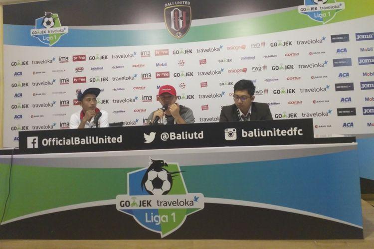 Pelatih Madura United, Gomes de Oliviera (tengah), saat jumpa pers seusai anak asuhnya ditaklukkan Bali United.
