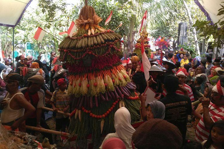 Ratusan warga Desa Mlilir, Kecamatan Gubug, Kabupaten Grobogan, Jawa Tengah, rela berdesak-desakan berebut gunungan dalam tradisi apitan yang digelar Sabtu (19/8/2017) siang.