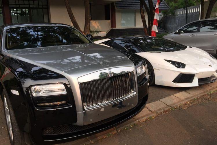 Mobil mewah milik Raffi Ahmad diparkir di dekat masjid perumahannya di Green Andara Residences, Jumat (22/8/2017).
