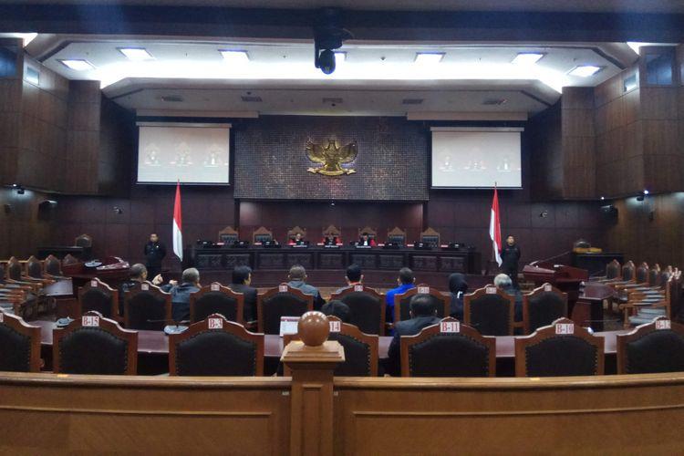 Hakim Konstitusi Suhartoyo, Ketua Mahkamah Konstitusi (MK) Arief Hidayat, dan Hakim Konstitusi I Dewa Gede Palguna dalam sidang perdana uji materi Perppu Ormas yang diajukan ACTA. Sidang digelar di MK, Jakarta Pusat, Rabu (23/8/2017).