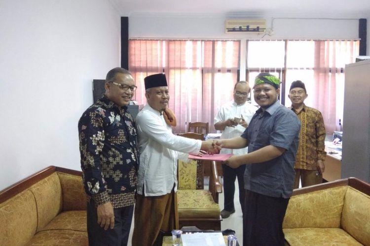 Ketua MUI Kabupaten Purwakarta KH Jhon Dien (tengah) menerima perwakilan Aliansi Muda Bela Ulama (AMBU) di kantor MUI wilayah setempat.