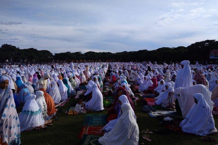 Suasana shalat Idul Adha di Lapangan Blang Padang Banda Aceh, Jumat (1/9/2017. Jemaah shalat juga diramaikan oleh wisatawan muslim asal Malaysia.
