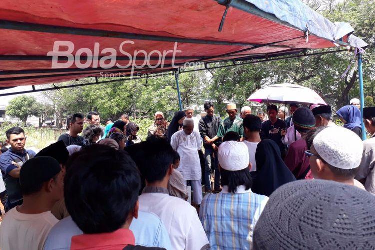 Pemakaman Catur Juliantono, suporter yang meninggal karena terkena petasan saat laga Indonesia versus Fiji, Minggu (3/9/2017).