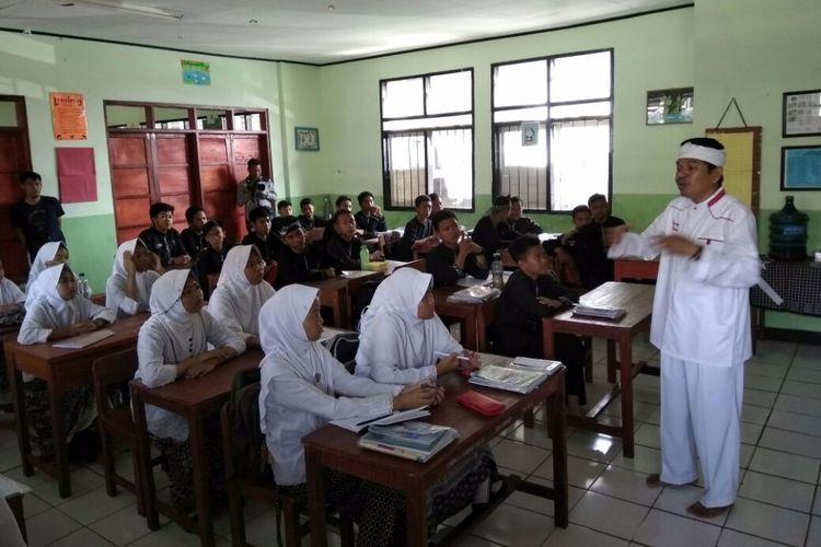 Bupati Purwakarta Dedi Mulyadi sedang menyosialisasikan program tiap Kamis sebagai Hari Kasih Sayang kepada para pelajar di SMPN 5 Purwakarta, Rabu (6/9/2017).