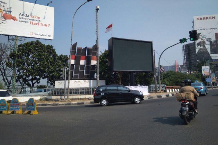 Videotron yang menghalangi sudut pandang ke tugu perjuangan di Kota Bekasi diminta untuk dibongkar, Bekasi, Rabu (13/9/2017).