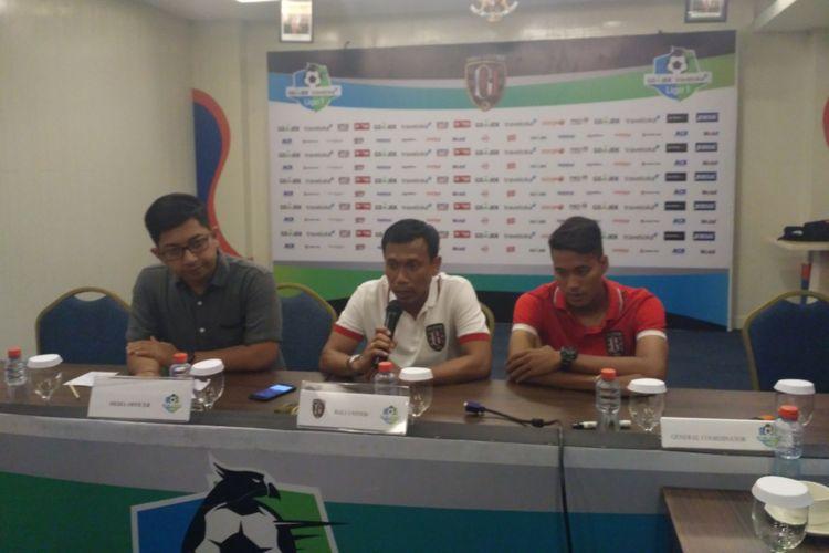 Pelatih Bali United Widodo C. Putro (tengah) mengatakan menyiapkan skema khusus untuk mendobrak pertahanan Persija