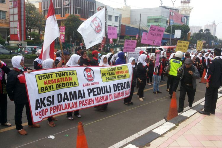 Sekelompok masyarakat yang menamakan diri Dewan Kesehatan Rakyat (DKR) Kota Depok mengadakan aksi damai peduli Debora, Jumat (15/9/2017). Pada kesempatan tersebut, para demonstran sempat berunjuk rasa di depan RS Mitra Keluarga Depok yang berlokasi di Jalan Margonda.