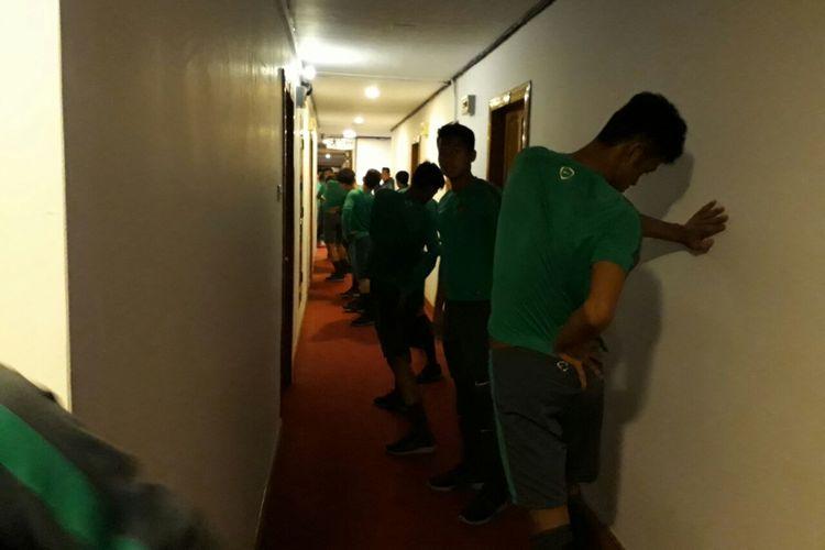 Para pemain Timnas U-19 Indonesia melakukan latihan di koridor Hotel Olympic, Sabtu (16/9/2017).