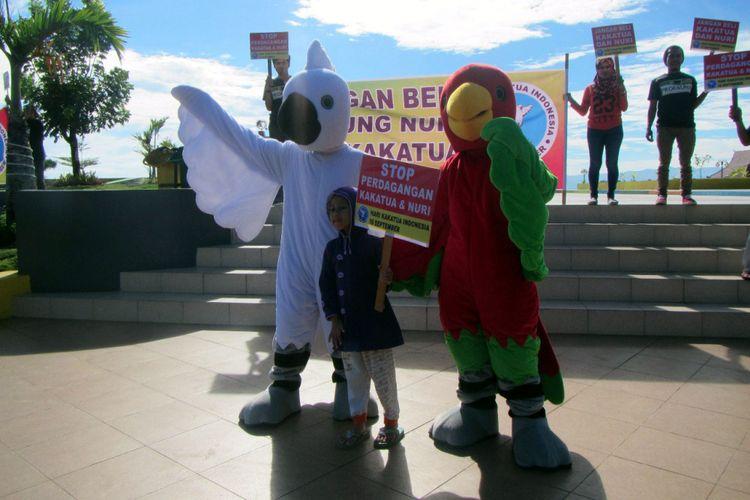 Kampanye publik PROFAUNA memperingati Hari Kakaktua Indonesia di Jalan Pahlawan Revolusi Ternate, Maluku Utara, Sabtu (16/9/2017).