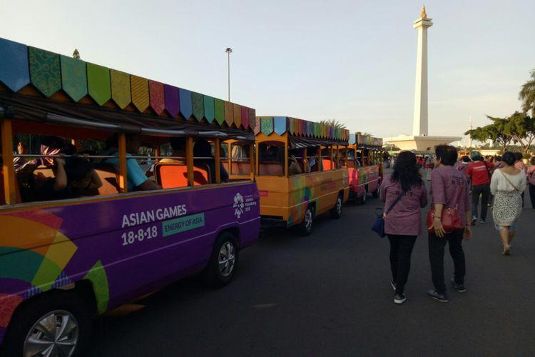 Kereta wisata di monas yang ikut dinikmati wisatwan tur Wisata Warisan Ahok, Sabtu (16/9/2017). Kereta wisata ini merupakan fasilitas gratis bagi wisatawan yang ingin masuk ke dalam Tugu Monas, dengan menujunkan tiket masuk.