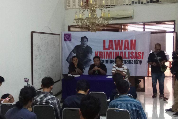 Ketua Bidang Advokasi Asosiasi Jurnalis Independen (AJI) Indonesia Iman D Nugroho, Sutradara film dokumenter Dandhy Dwi Laksono, dan Ketua AJI Suwarjono dalam konferensi pers yang digelar di kantor AJI Indonesia, Kwitang, Jakarta, Minggu (17/9/2017).