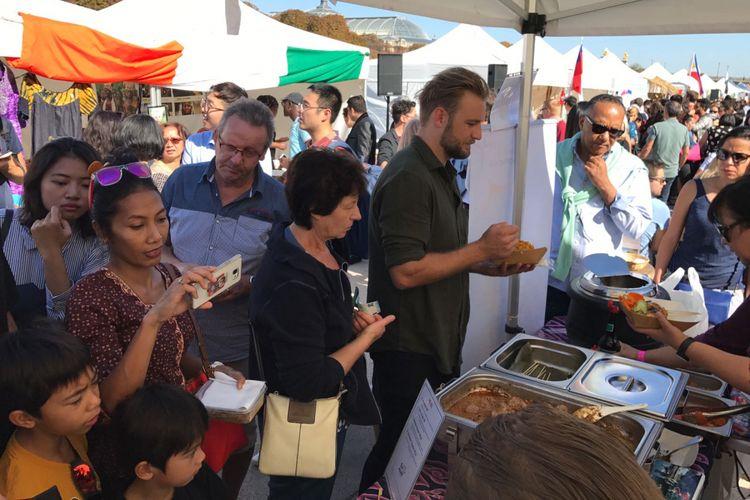 Turis Perancis mencicipi rendang khas Indonesia