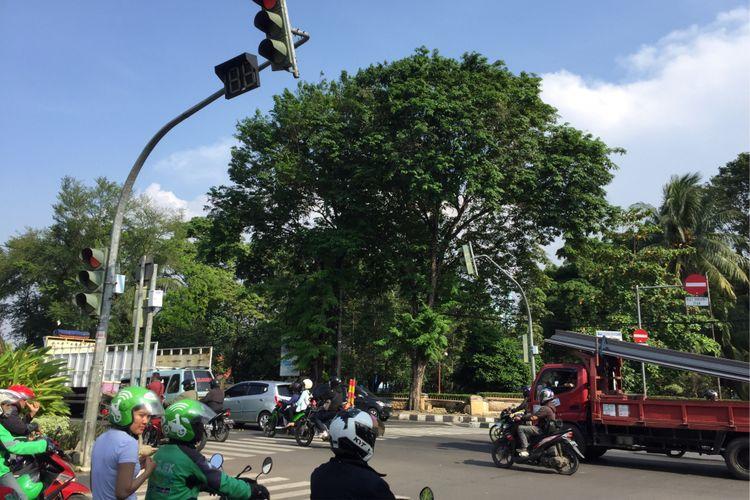 Salah satu persimpangan di Jalan Taman Makam Pahlawan Taruna, Kota Tangerang, yang telah menggunakan sistem kendali lalu lintas kendaraan atau area traffic control system (ATCS), Kamis (5/10/2017). Melalui sistem ini, petugas bisa memantau kondisi di lokasi dengan pantauan kamera CCTV dan dapat memberi imbauan dengan pengeras suara.
