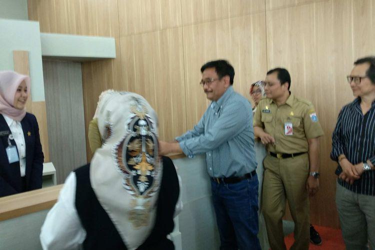 Gubernur DKI Jakarta Djarot Saiful Hidayat mengecek kesiapan Mal Pelayanan Publik di Kuningan, Jakarta Selatan, Minggu (8/10/2017).
