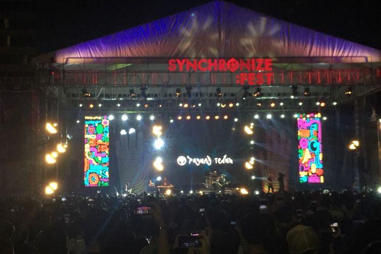 Band Payung Teduh tampil di panggung Synchronize Fest 2017 yang digelar di Gambir Expo, Kemayoran, Jakarta Pusat, Minggu (8/10/2017).