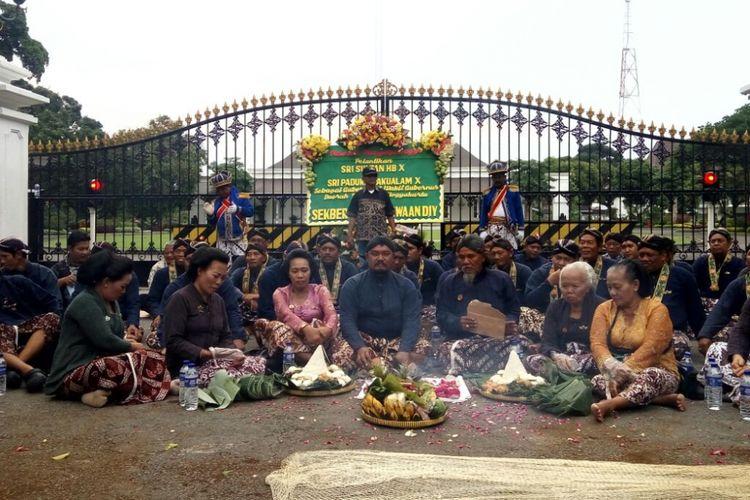 Warga Yogyakarta beserta Abdi Dalem Keraton dan Pura Pakualaman saat mengikuti acara syukuran atas pelantikan  n Sri Sultan HB X dan Sri Paduka Pakualam X sebagai Gubernur DIY dan wakil gubernur di depan Istana Kepresidenan Gedung Agung