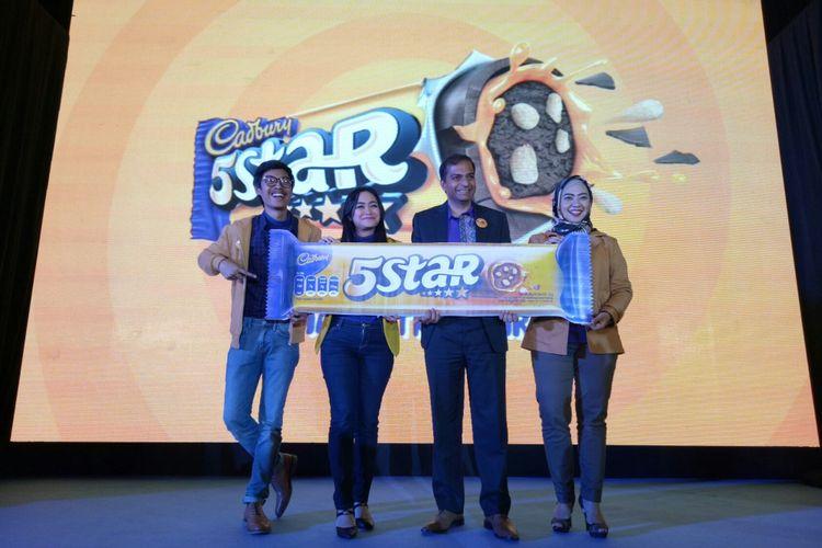 Peluncuran cokelat baru Cadbury 5 Star oleh Presiden Direktur Mondelez Indonesia, Sachin Prasad (tengah), di Jakarta, Selasa (11/10/2017).