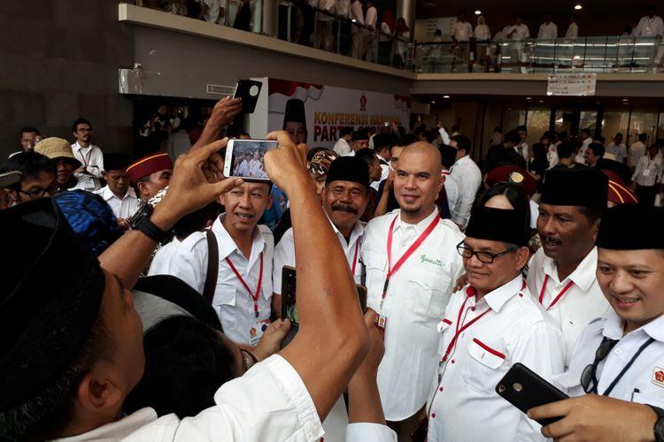 Musisi Ahmad Dhani berfoto bersama sejumlah kader Partai Gerindra dalam acara Konferensi Nasional dan Temu Kader Gerindra di Sentul International Convention Center (SICC), Bogor, Jawa Barat, Rabu (18/10/2017).