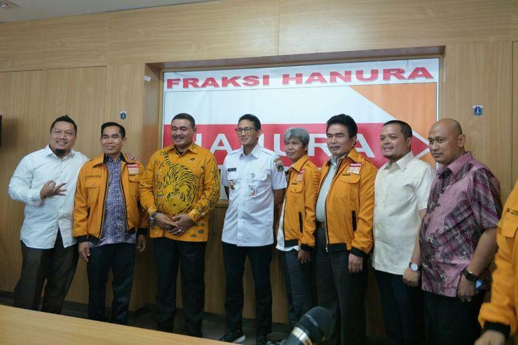 Wakil Gubernur DKI Jakarta Sandiaga Uno bersama anggota DPRD DKI dari Fraksi Hanura di Gedung DPRD DKI Jakarta, Jalan Kebon Sirih, Rabu (1/11/2017).