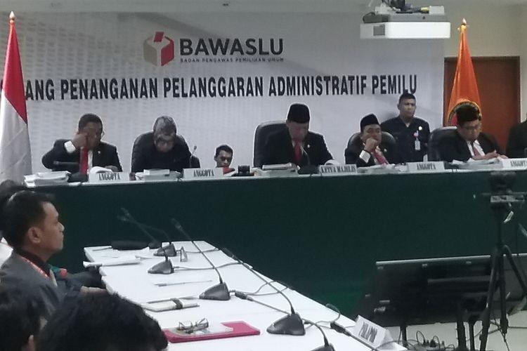 Sidang penanganan pelanggaran administrarif Pemilu yang digelar Badan Pengawas Pemilihan Umum (Bawaslu) RI dengan agenda pembacaan tanggapan dari terlapor, Komisi Pemilihan Umum, di Jakarta, Senin (6/11/2017).