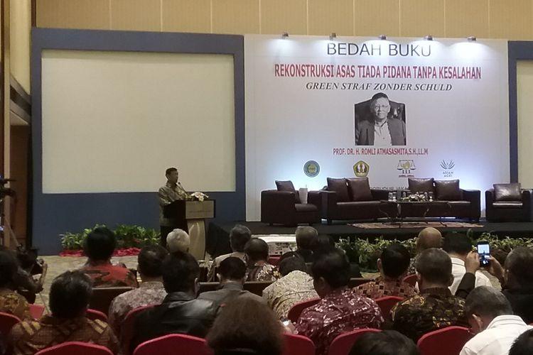 Menteri Koordinator Bidang Politik, Hukum, dan Keamanan (Menko Polhukam) Wiranto memberikan sambutan dalam bedah buku Asas Tiada Pidana Tanpa Kesalahan karangan Romli Atmasasmita, Jakarta, Selasa (7/11/2017).