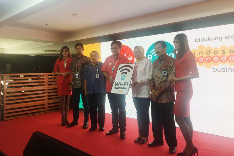 Peluncuran layanan WiFi dan inflight entertainment dalam penerbangan AirAsia Indonesia di Kantor Pusat AirAsia Indonesia, RedHouse, Tangerang, Jumat (10/11/2017).