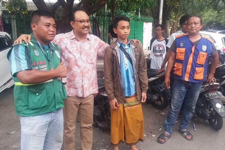 Wakil Gubernur Jawa Timur alias Gus Ipul bersama juru parkir di Surabaya
