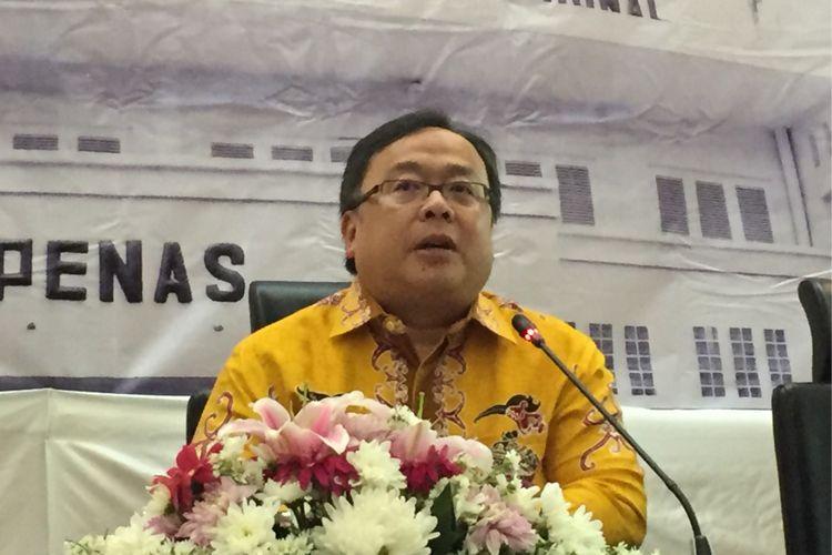 Menteri Perencanaan Pembangunan Nasional atau Kepala Badan Perencanaan Pembangunan Nasional Bambang Brodjonegoro (kemeja kuning) saat memberikan pernyataan pers di kantor Bappenas, Jakarta Pusat, Senin (13/11/2017).