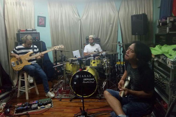 Thomas, Hendi dan Dewa Budjana diabadikan saat berlatih untuk persiapan Konser 5UPERGROUP di kawasan Jagakarsa, Jakarta Selatan, Rabu (15/11/2017).