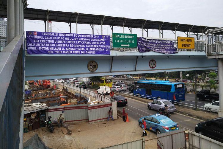 Kondisi pembangunan LRT di MT Haryono dan pengalihan arus lalu lintas serta TransJakarta