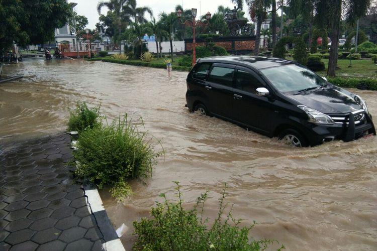 Halaman perkantoran Pemkab Kendal yang kebanjiran. KOMPAS.Com /Slamet Priyatin