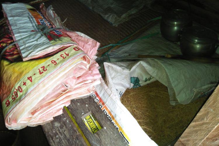 Jurung milik salah seorang warga di Desa Lopus, Kabupaten Lamandau, yang nyaris kosong karena produksi padi merosot sejak terbitnya larangan bakar lahan.