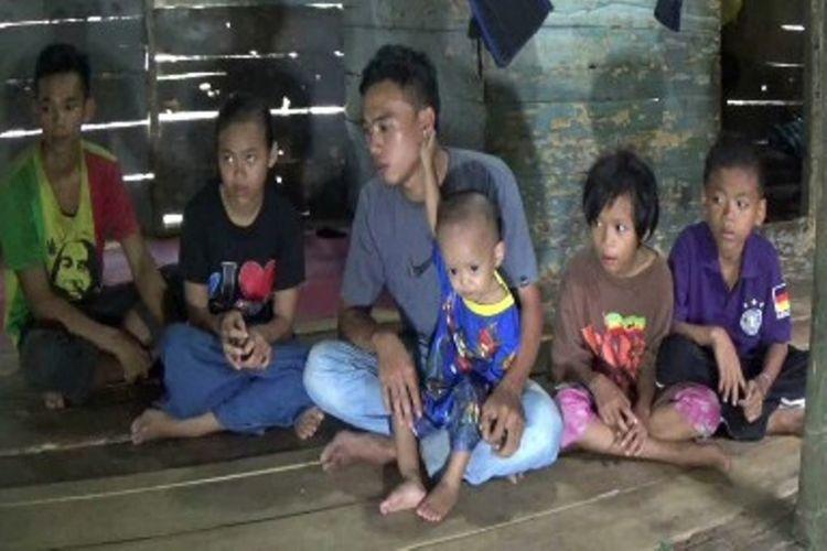 Kisah Muhammad Izhak (22 tahun) terpaksa mengorbankan kuliahnya di ITB Bandung demi mengurus masa depan 9 adiknya setelah ayah dan ibunya meninggal dua dalam waktu setahun terakhir