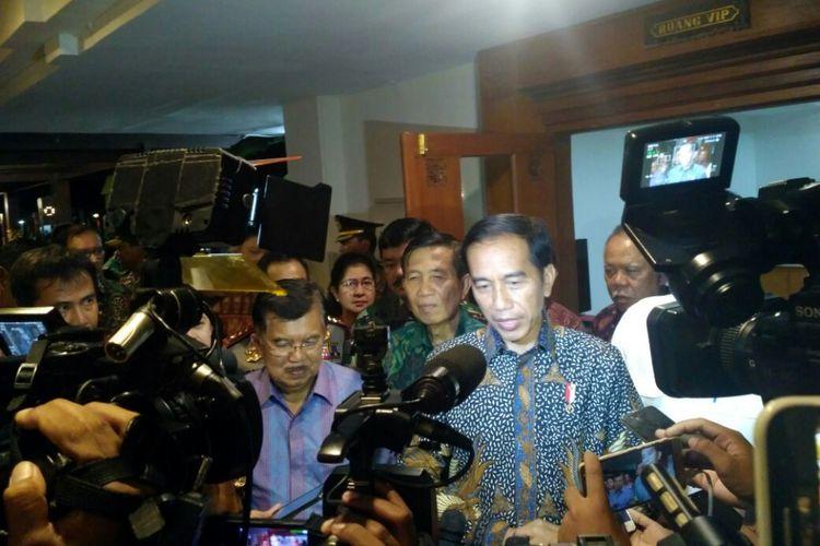 Presiden Joko Widodo (Jokowi) seusai memimpin rapat kabinet terbatas di Bali, Jumat (22/12/2017).