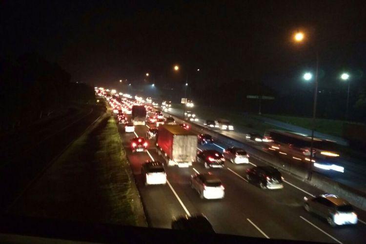 Ilustrasi: Lalu lintas di Tol Cikampek menuju Jakarta padat merayap, Selasa (26/12/2107) malam.
