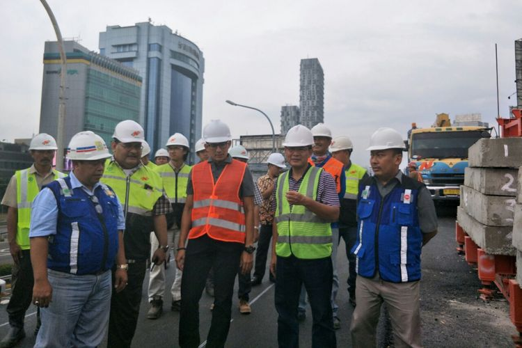 Wakil Gubernur DKI Jakarta Sandiaga Uno meninjau pembangunan flyover Pancoran, Sabtu (30/12/2017).