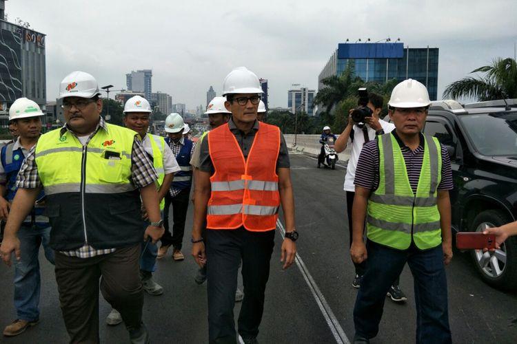 Wakil Gubernur DKI Jakarta Sandiaga Uno saat meninjau proyek pembangunan flyover Pancoran, Sabtu (30/12/2017).