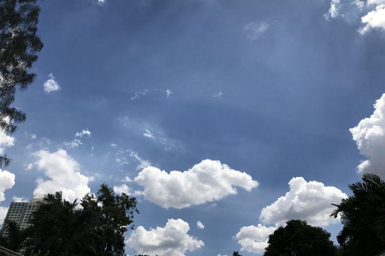Langit cerah.