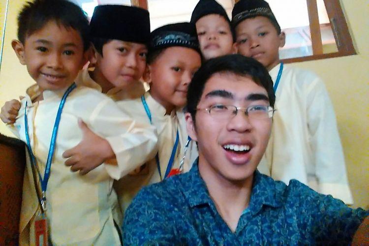 Agur dan para peserta didik di Rotobot Robotic School, Klaten, Jawa Tengah.