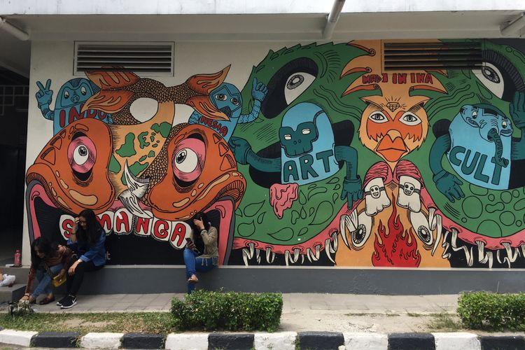 Pengunjung berfoto di spot mural yang ada di Galeri Nasional Indonesia, Jakarta, Kamis (11/1/2018).