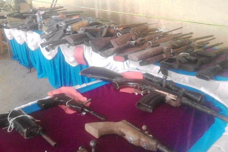 Puluhan pucuk senjata api rakitan yang dikumpulkan Polisi untuk dimusnahkan Sabtu (13/01/2018)