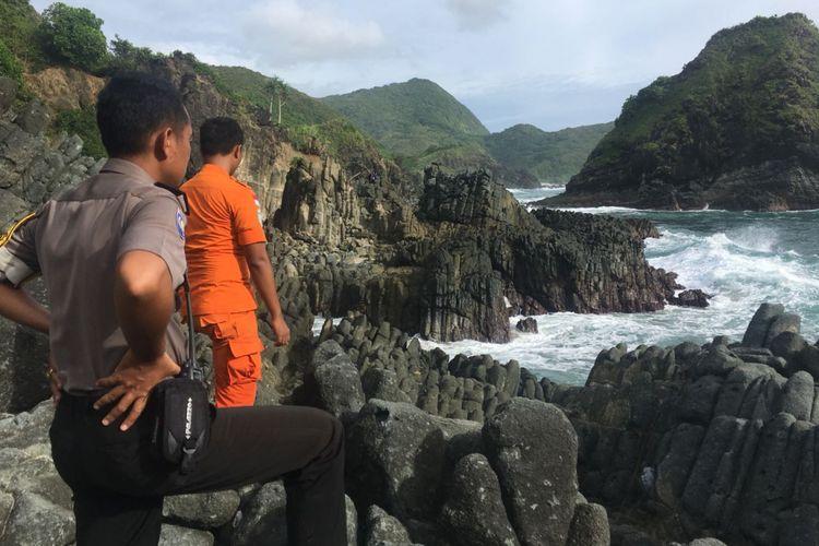 Lombok Tengah, Kompas.com, duaboetugas SAR dan Polsek Selong Belanak, memantau Pantai Telawas, kawasan wisata lokasi tenggelamnya, korban tewas (Eka Madayati ) dan Dedy yang masih dalam pencarian. Pantai ini tergolobg rawan karena kerap menelan korban.