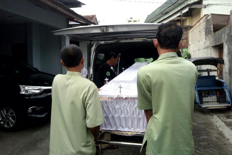 Peti jenazah Sujud Sutrisno tiba di rumah duka RT 51/ RW 11, Badran, Bumijo, Jetis Kota Yogyakarta