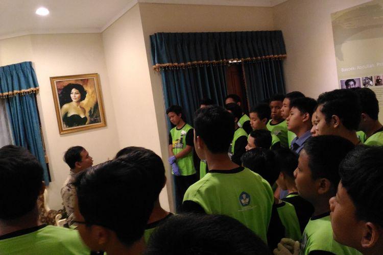 Jonatan (berkemeja biru), siswa SMP Negeri 3 Jakarta Selatan mengikuti kegiatan Semalam di Museum yang berlangsung di Museum Basoeki Abdullah, Jumat (26/1/2018) malam.